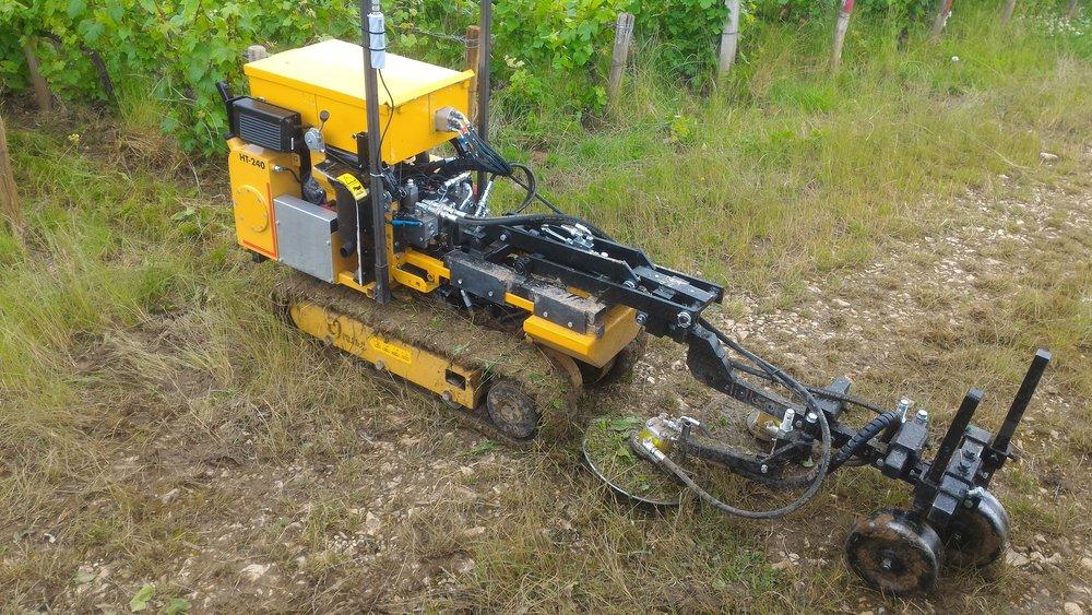 Un prototype de robot viticole en train de tondre