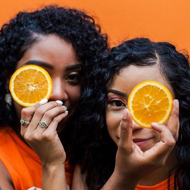 Happy hump day, y'all! Sharing this super fresh shot brought to you by @flowergirlphoto.atx and some delicious oranges. Loving the vibrant color and placing of the fruit, making this a more dynamic photo than it could've been initially. Make sure to visit @flowergirlphoto.atx for more fruity pics and portraits, and keep sharing your shots with us! 🍊
