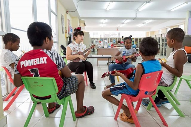Las primeras notas con el Ukelele. @albadeobaldia, artista multidisciplinaria, imparte clases gratuitas, para niñas y niños, de Ukelele en la Biblioteca Municipal de Curundú. Intervención del espacio público en su máxima expresión. Hay 27 Bibliotecas Municipales en la ciudad de Panamá.
