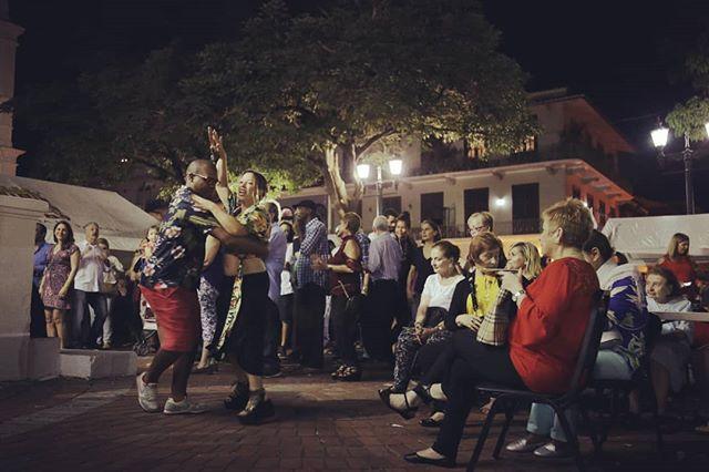 Concierto de la orquesta cubana Villa Azul en la Plaza de la Independencia (Plaza Catedral)