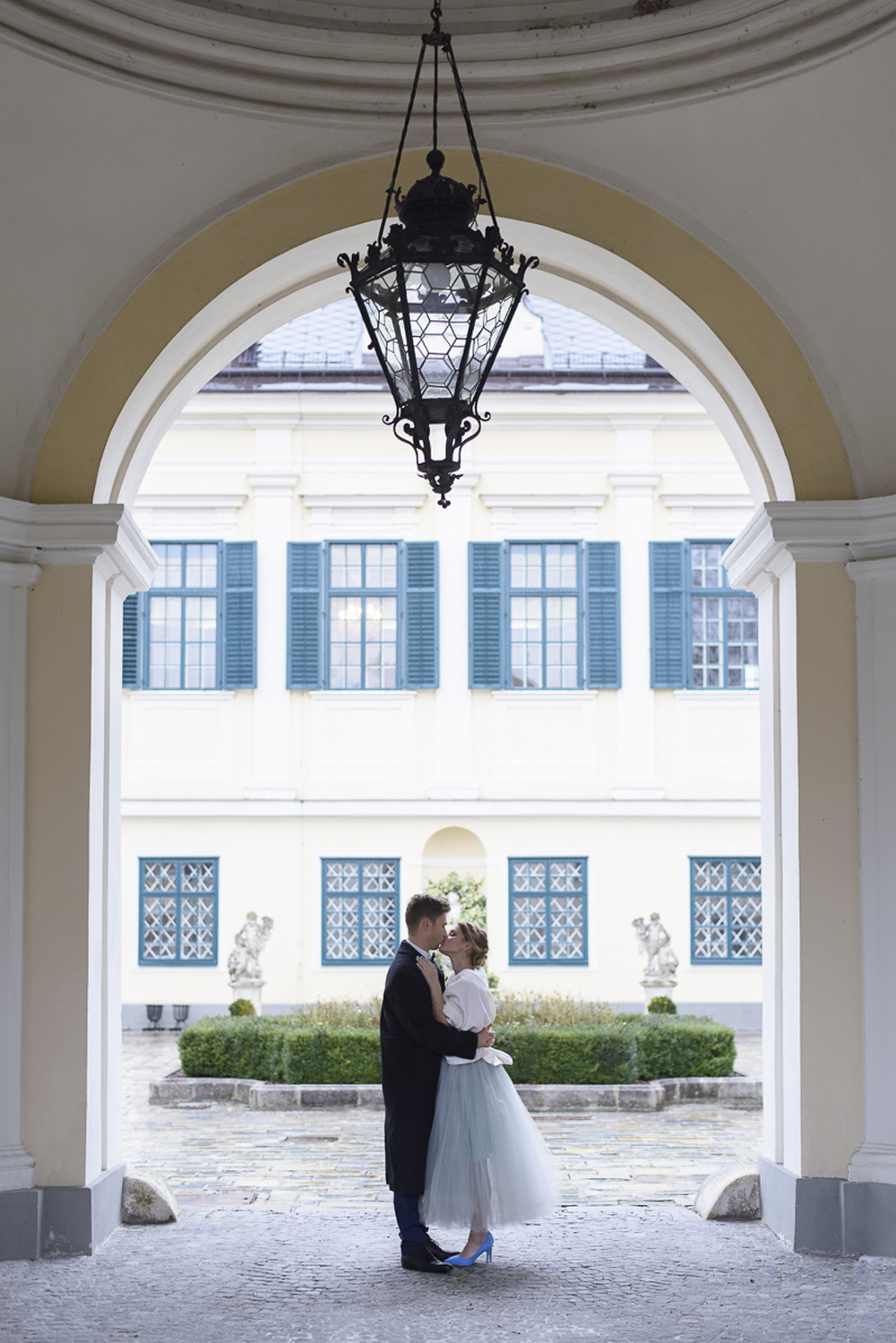 Wedding inspiration blue grey silver at Schloss Laudon Vienna Austria Barbara Wenz Photography