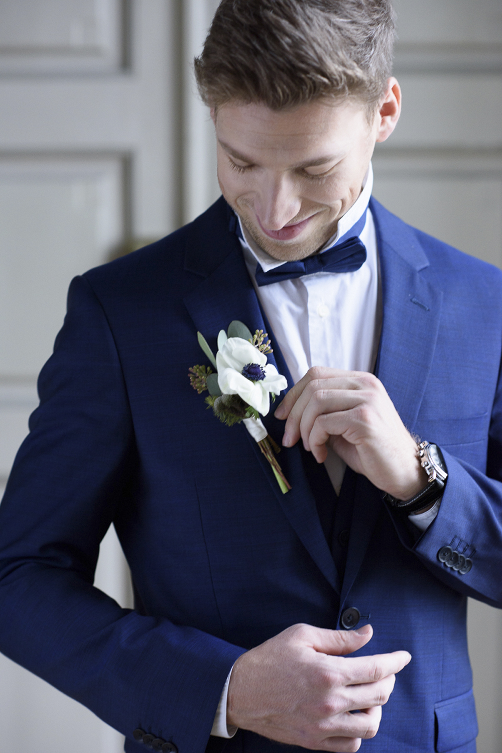 Groom getting ready blue accessories on wedding day by wedding photographer Barbara Wenz Vienna Austria