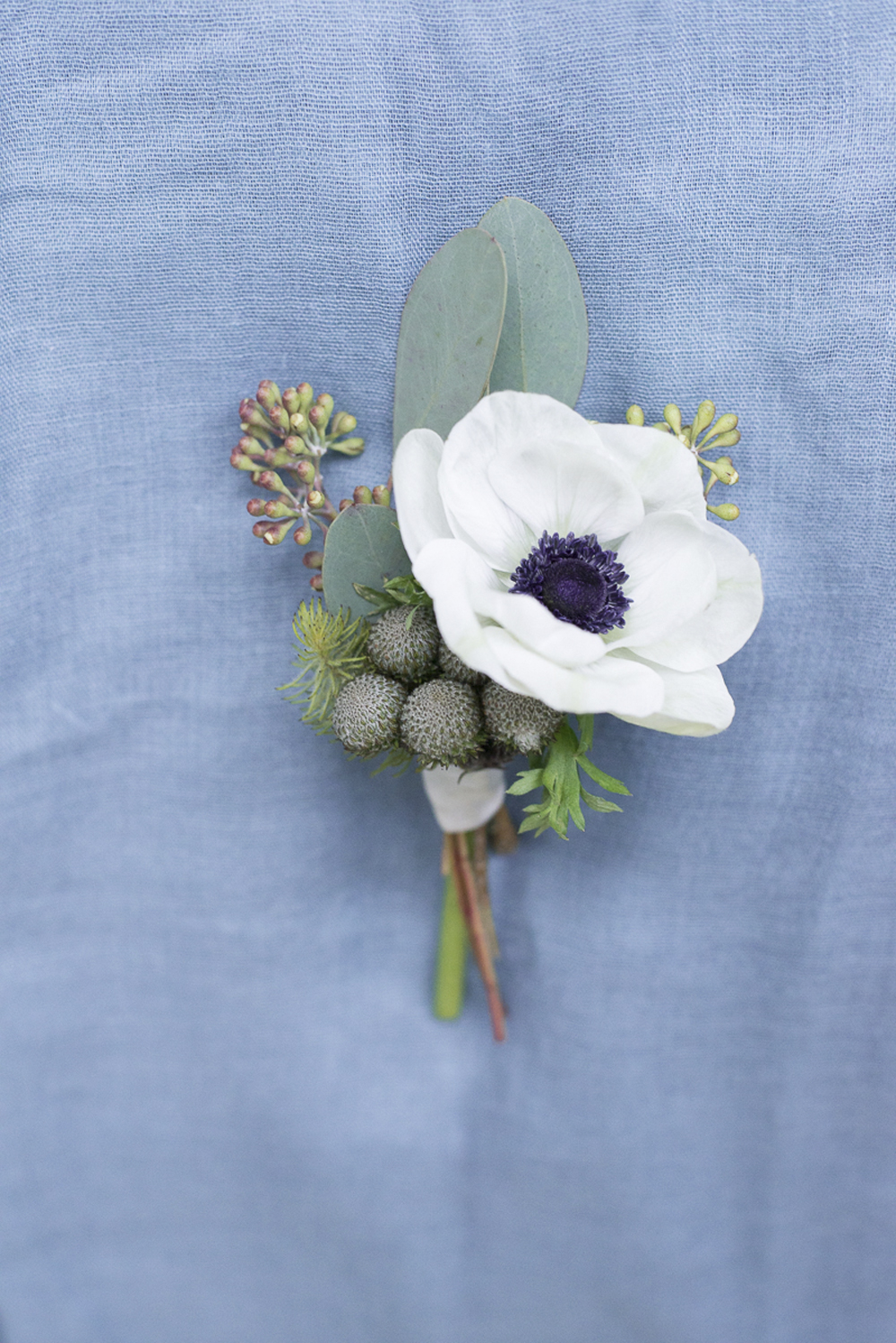 Groom anemone boutonniere wedding inspiration at Schloss Laudon Vienna Austria by Barbara Wenz Photography