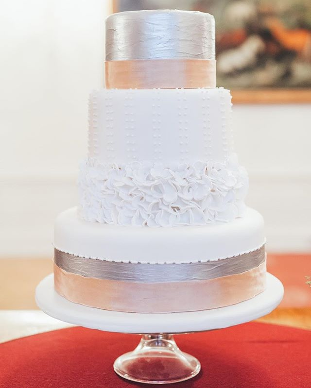 There is something about 4-layered cakes 😜 🎂 Peach & silver cake by @welovecakes_stp  at @spanischehofreitschule photographed by @dieciucius 💖 #proposeinvienna #elopetoaustria #elopementvienna #weddingcake #wedinspo #peach #silver #marryabroad #destinationweddingplanner #weddingplannervienna #happywomenday #womanday #loveissweet #eatcakeforbreakfast #livelifenow #liveinthemoment