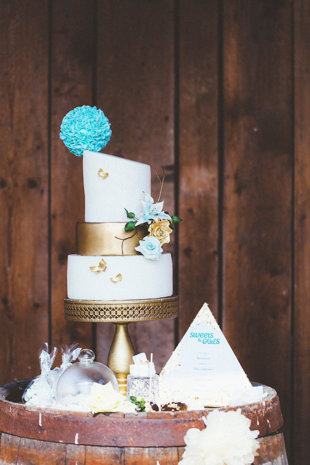 Alice in Wonderland themed same sex wedding styled shoot LGBT Graz Styria Austria sweet table Das Tortenatelier Betty's Bakery wedding cake blue gold