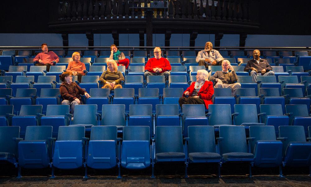 Schauspieler im Theaterraum