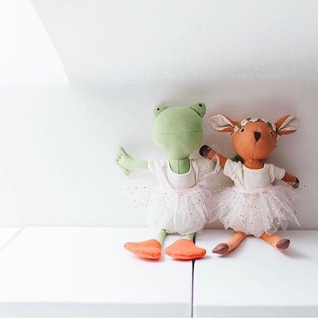 Hazel Village 🌱 Little woodland creatures are all handmade in Brooklyn. They each have a name and little character to go with. Hypoallergenic + organic cotton made these a perfect newborn gift. Not to mention you can buy little outfits for the dolls and your child to match! #heirloom #ethicallymade #shopsmall #mthkids