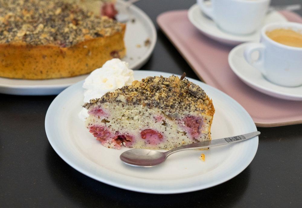 Derselbe Kuchen, in einer Heidelbeer- und einer Himbeerversion. Außerdem einmal in einer Kastenform und einmal in einer Springform gebacken.