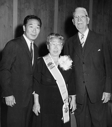 1962 | Helen Ahn receiving the Order of Merit for National Foundation Daehan Minguk Jang, posthumously awarded to Dosan. Philip Ahn (age 57) and Rufus B. von KleinSmid, fifth President of the University of Southern California.