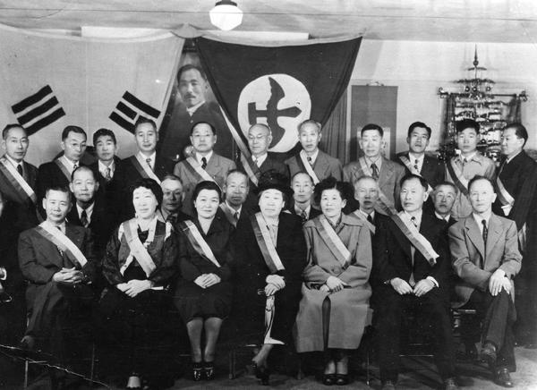 Hung Sa Dan Headquarters Los Angeles. Helen Lee Ahn is the woman in center front row.