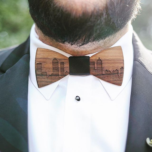How cool is this #Atlanta skyline carved into a wooden bow tie? 😎🏙👌🏼
