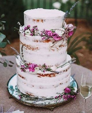 We love this unique wedding cake design 📷 from @loverly #weddingplanning #weddinginspo