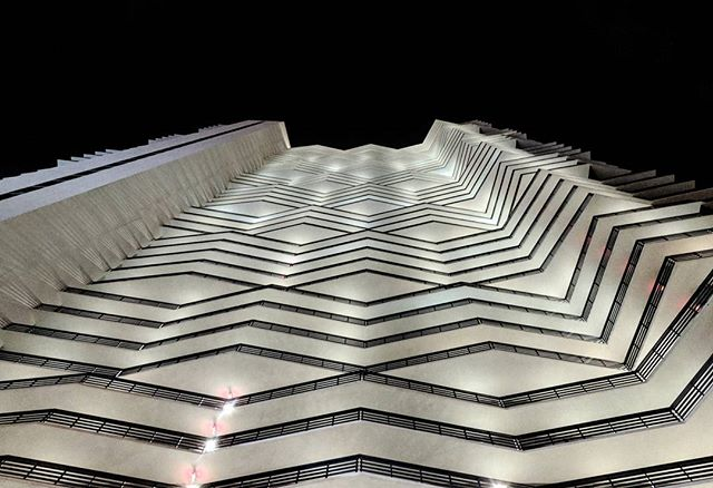 It's all about the angles. Stunning architecture in Miami, don't forget to look up!👆