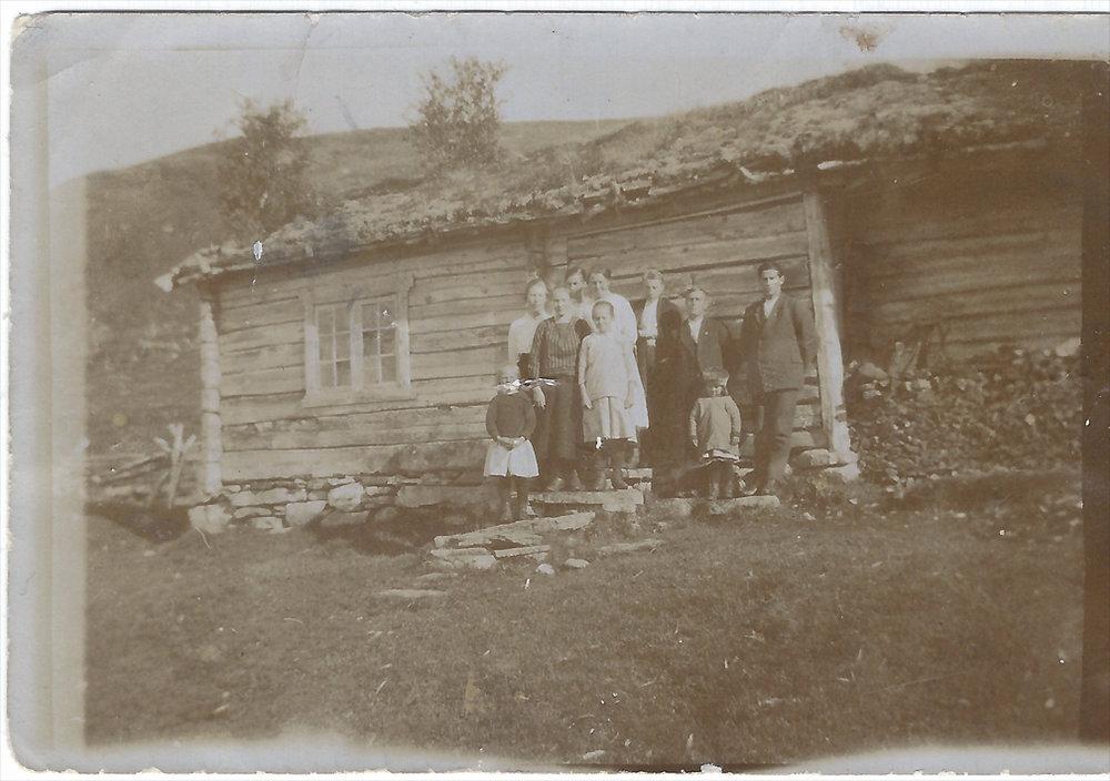 SMALL - Familie forran hus Original.jpg