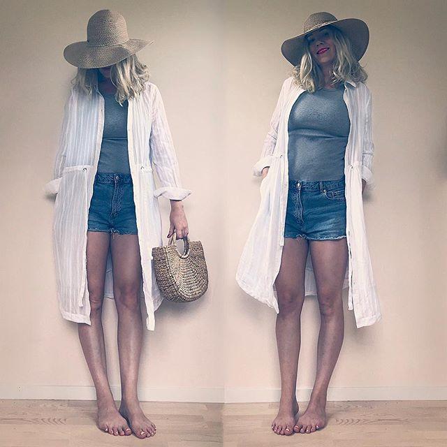 Klänning över jeansshorts och linne - perfekt om man vill känna sig lite mer klädd på väg till stranden. Vilket jag var på bilden men uppenbarligen inte är idag 💨💦🤓🖥 Får ofta frågan om hur man använder plagg på flera sätt och skjortklänning tycker jag går att variera på så många sätt! Älskar den över jeans också faktiskt.