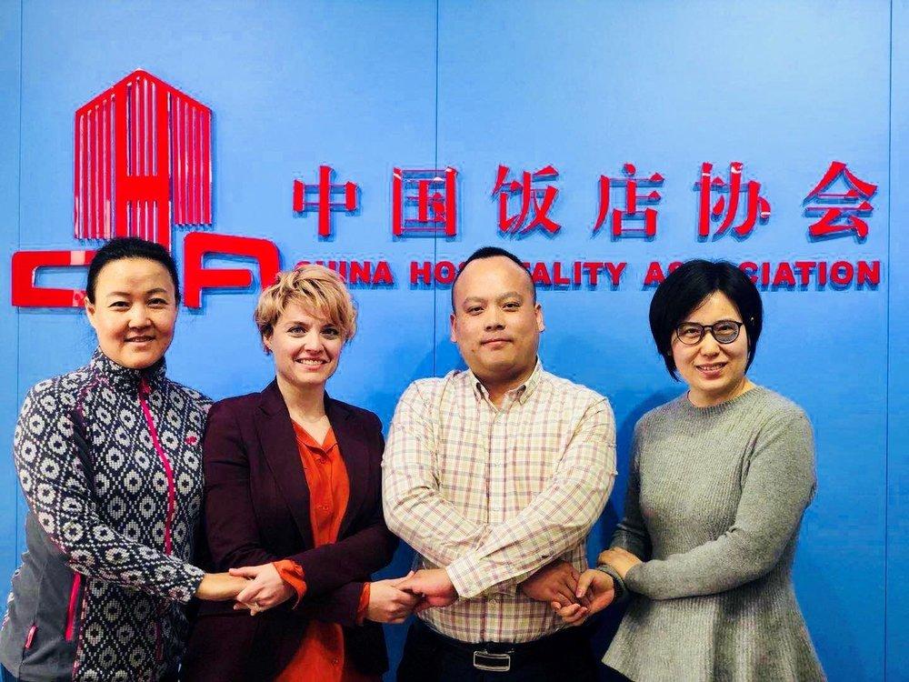 EIR of Norway vokser i Kina.   Fra venstre: Miranda Jia Engesbak, Country Manager & CMO, Vicky Green Samuelsen, CEO, sammen med kinesiske samarbeidspartnere.  Bilde: EIR of Norway