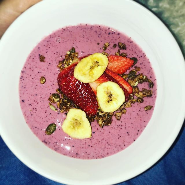 Good morning Easter weekend with a berry smoothie bowl! Mmmhmmm! #smoothiebowl #blenditup #easterweekend