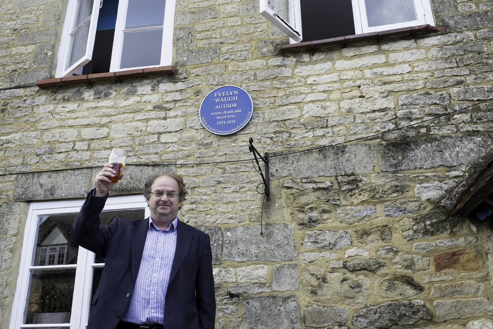 Alexander Waugh unveils  the blue plaque commemorating his grandfather Evelyn's colourful association with the Abingdon Arms