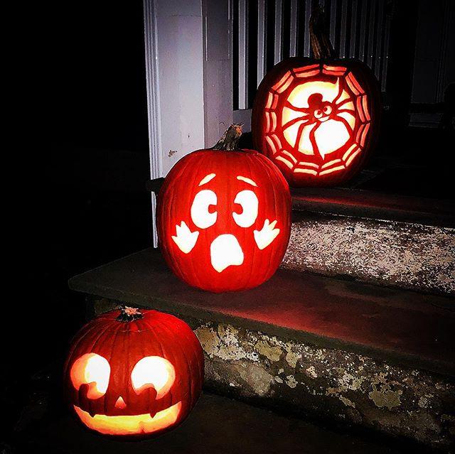 Halloween festivities. 🎃 . . . . . #ouiouibebe #pumpkin #pumpkincarving #jackolantern #halloween #spooky #trickoetreat #mommyandme #playtime #fun #activities #momblogger #mommyblogger #momlife #babiesofinstagram