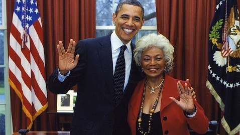 Barack Obama and Nichelle Nichols in the Oval Office, both holding up their hands in the ta'al (Vulcan salute).