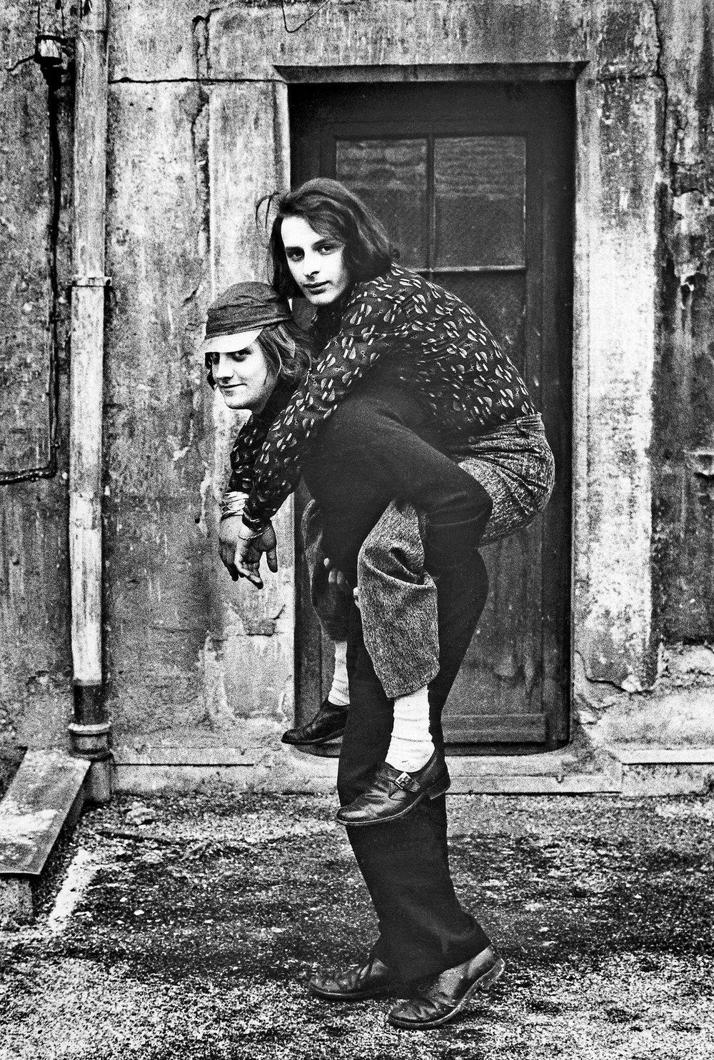Huckepack, David Weiss und Urs Lüthi, vor dem Künstleratelier, Stüssihof, Zürich 1970