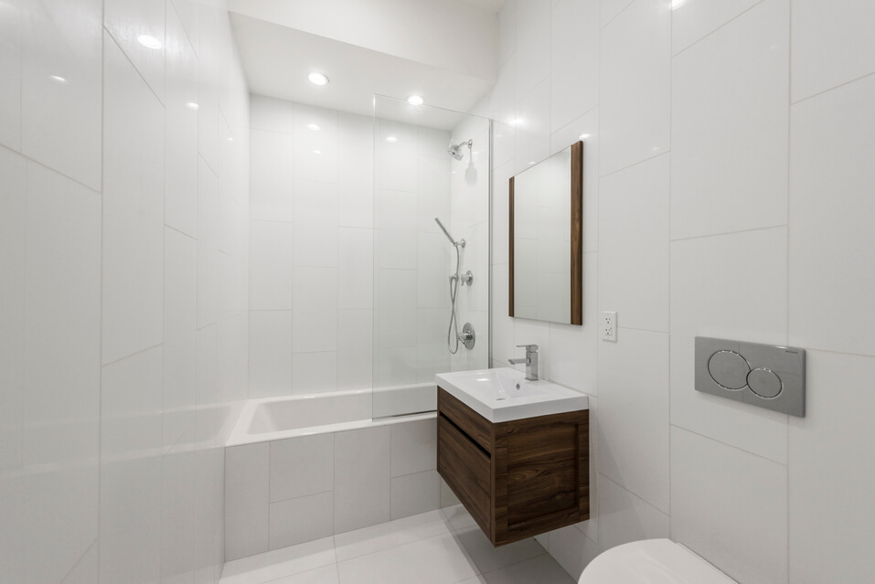 Modern bathroom, with full bath and new appliances