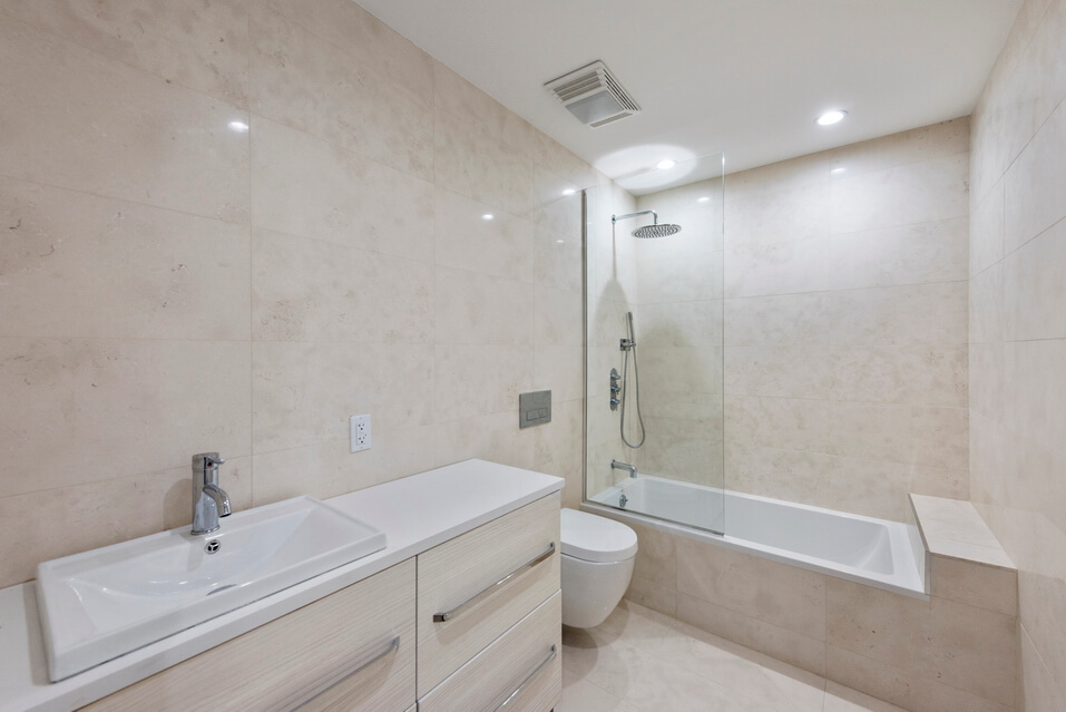 Luxury Apartment with Spacious Bathroom