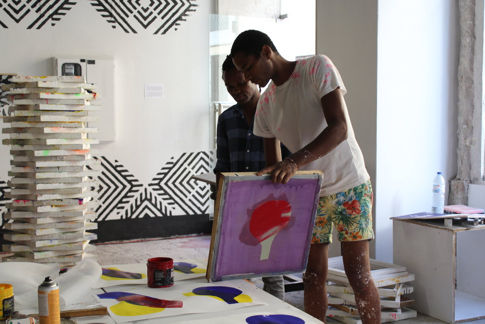 AGO 2016 - Vidal e o artista moçambicano Malenga, primeira atividade dentro da residência artística - DIY | Serigrafia Experimental    AGO 2016 - Vidal and the Mozambican artist Malenga during the first activity inside Wozen's residency - DIY - silkcreen