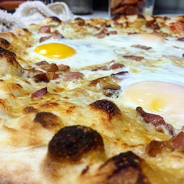 Smoked bacon, farm eggs, mozzarella cheese, roasted garlic purée 💪❤🍕🔪😎 #pizza #instapizza #handmade #knowyourfarmer #ingredientsmatter #definitionsmatter #bakerspride #4minutebake