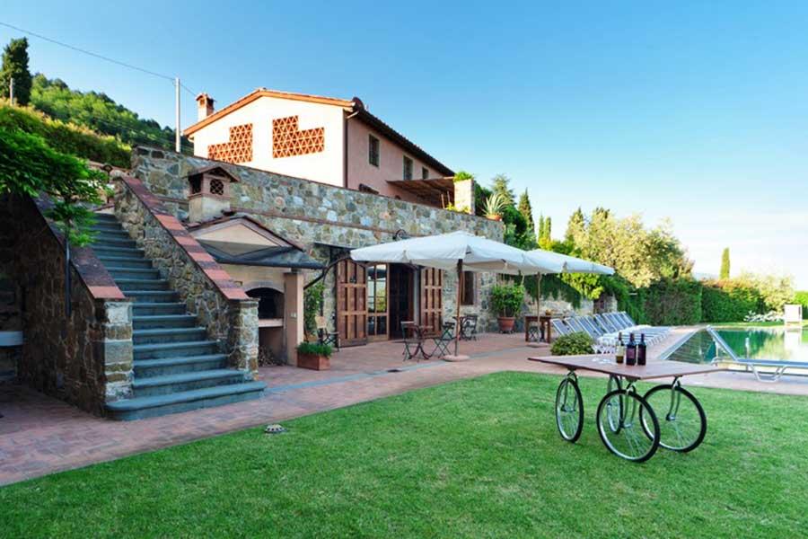 Tuscan-villa-art-workshop-courtyard.jpg