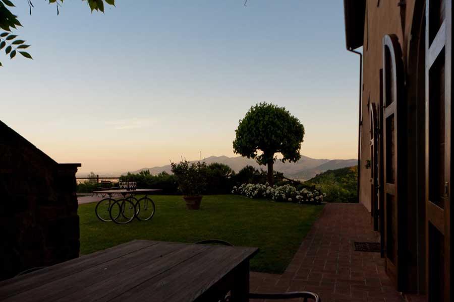 Tuscany-art-workshop-house-courtyard.jpg