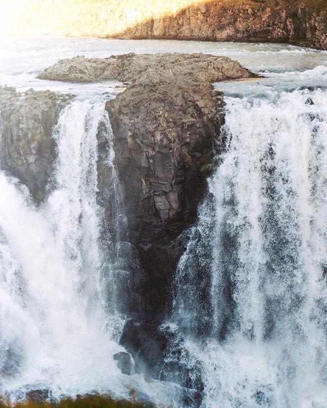 Гюдльфосс, в переводе с исландского «Золотой водопад», - красивейшее творение природы и один из символов Исландии. Неудивительно, что на этом месте неоднократно пытались построить гидроэлектростанцию. Поначалу проект не был реализован главным образом из-за нехватки денег. А при очередных попытках строительства электростанции, которая должна была разрушить «Золотой водопад», за него вступалась общественность. Первой защитницей национального сокровища стала дочь одного из арендаторов этой земли, Сигридюр Тоумасдоухтир. Она пригрозила отцу, что бросится в водопад, если он начнёт строительство. Сейчас «Золотой водопад» находится под охраной государства. Когда я смотрел на него я не верил своим глазам, что я нахожусь здесь и сейчас и смотрю на этот потрясающее чудо света!