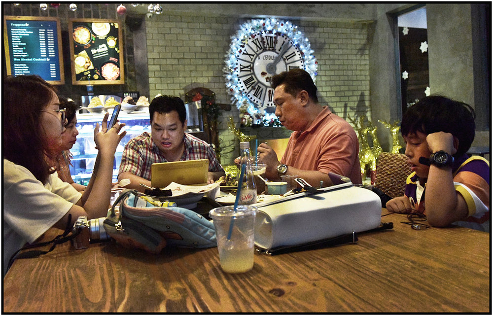 Family and their devices, Caffe Bene, Saigon/HCMC, Dec.2016. #2178