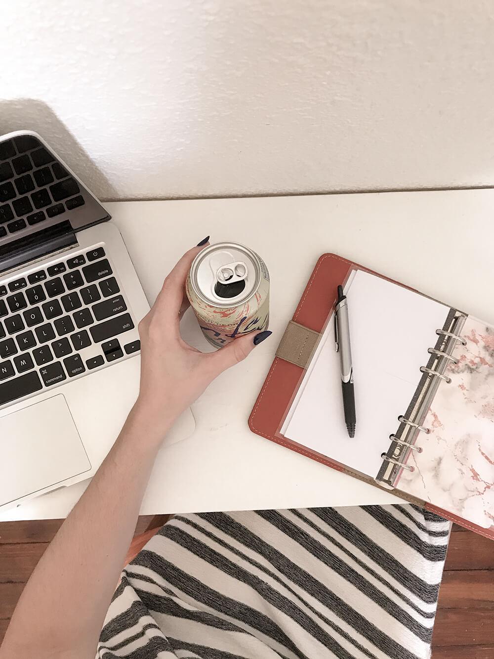Clean-white-desk-top-mercuteify.jpg