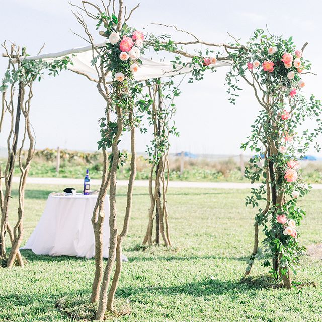 Talk about this beautiful garden style chuppah at @casaybelresort beach!!! Planning/styling @fabchiccourtney  Photo @forthemomentphoto