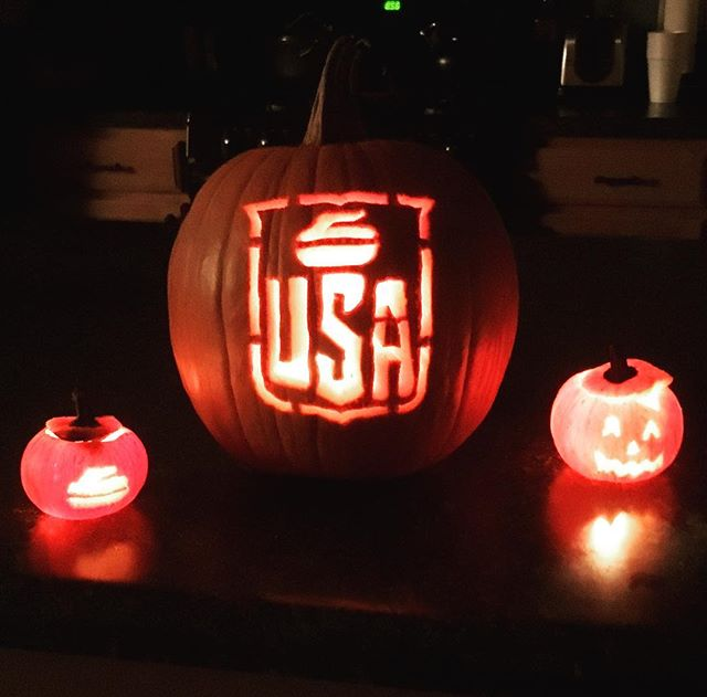 Happy Halloween and good curling from Telluride!  #goodcurling #pumpkingold #halloween #onthebutton #hurryhard #sweep #pumpkinstone @usa_curl @teamusa @spiritofcurling @teamshustercurling
