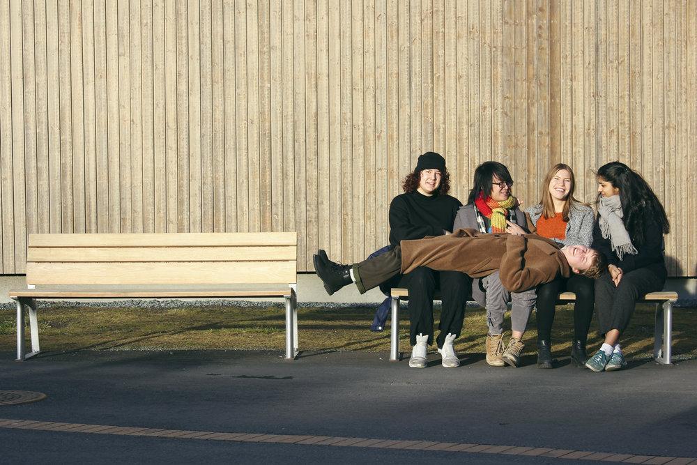 alle på benken.jpg