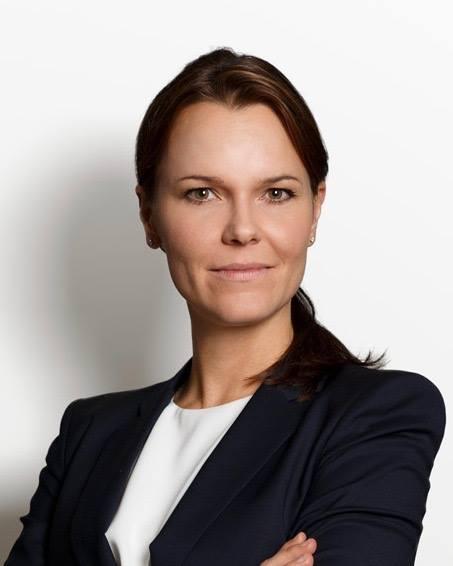 Sofie Jeppsson, 34 år, uppväxt i Lund men bor i Stockholm sen 2010. Utbildad jurist, läste i Lund. Arbetar som advokat med brottmål och familjerätt. Har sambo och dotter på 1,5 år.