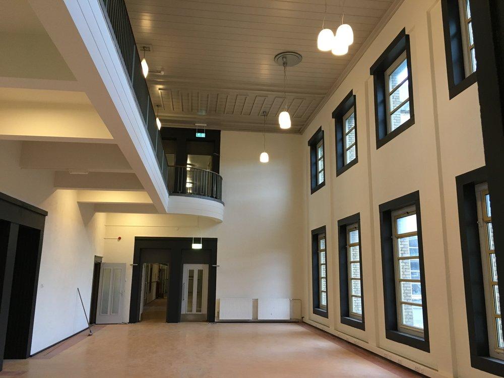 De studiezaal op de 1e verdieping is gereed. Een prachtige open ruimte waar leerlingen in rust en licht zelfstandig kunnen werken. In deze ruimte zullen ook iMacs van Apple komen te staan waar leerlingen aan hun ICT-projecten kunnen werken.