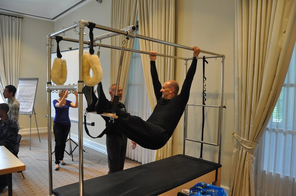 Kevin Bowen, der Gründer der PMA, unterrichtet Reiner in der Hanging Series am Cadillac