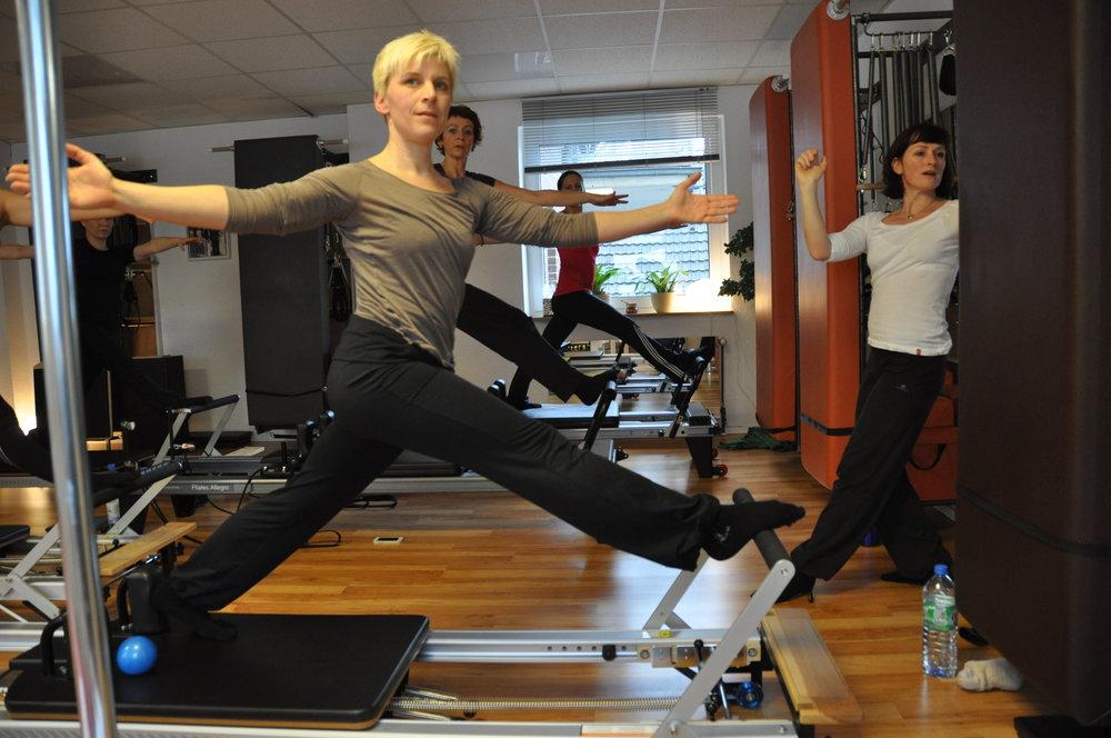 Standing Lunge auf dem Pilates Reformer