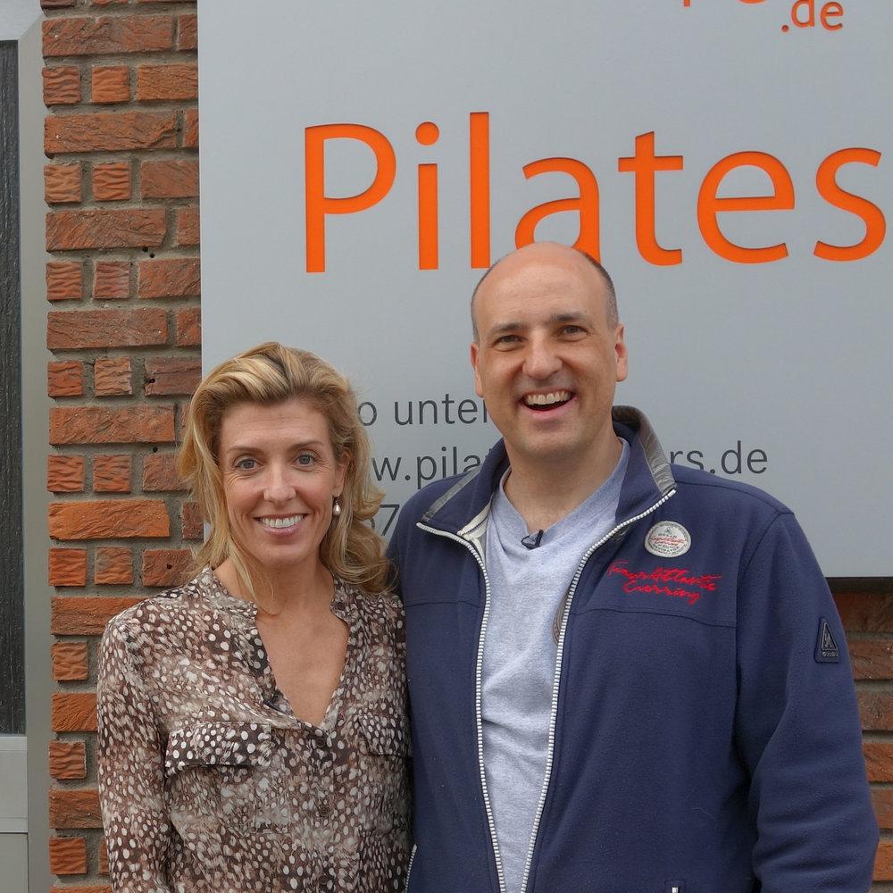 Kristi Cooper von Pilates Anytime und Reiner Grootenhuis vor dem pilates-powers Studio in Tönisvorst