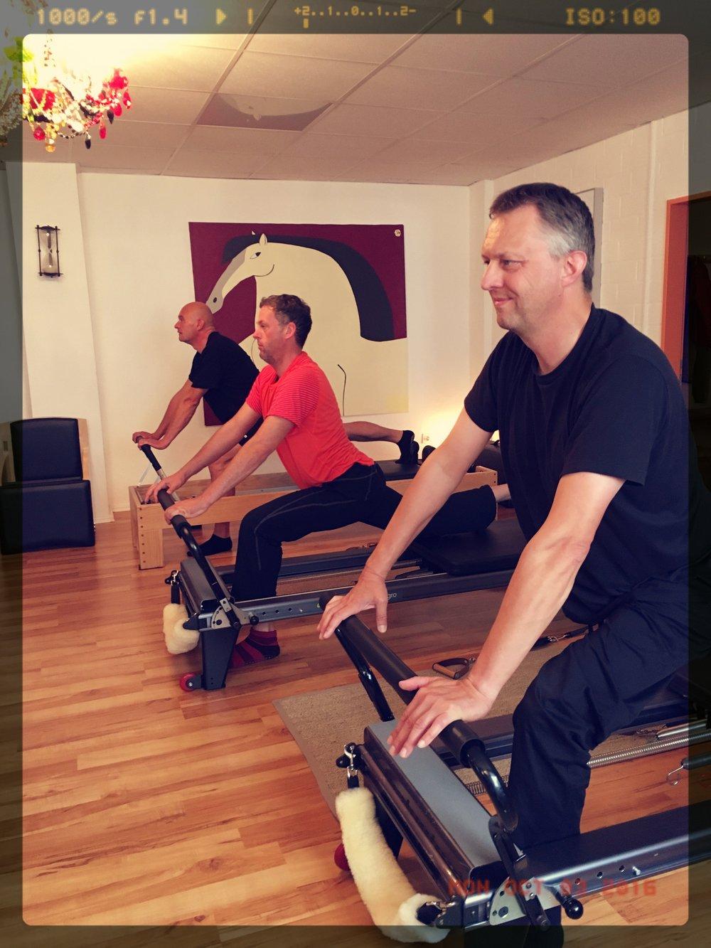 Pilates Männer beim Stretching der Hüftbeuger (Stretch Variation Anthony Lett und Kenyi Diaz)
