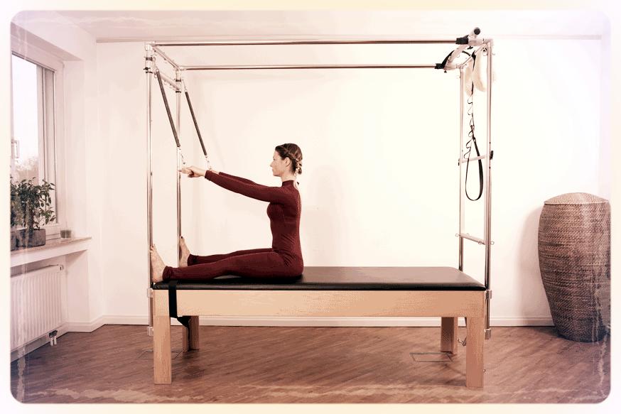 Helena demonstriert eine Pilates Übung auf dem Cadillac