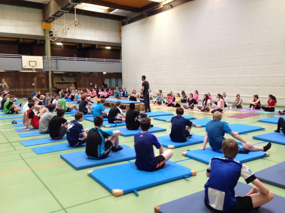 Brett Howard unterrichtet ca. 100 Schüler des Michael-Ende-Gymnasiums in Tönisvorst