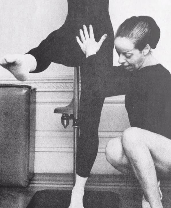 Carola Trier unterrichtet eine Balance Übung am Pedi-Pole.