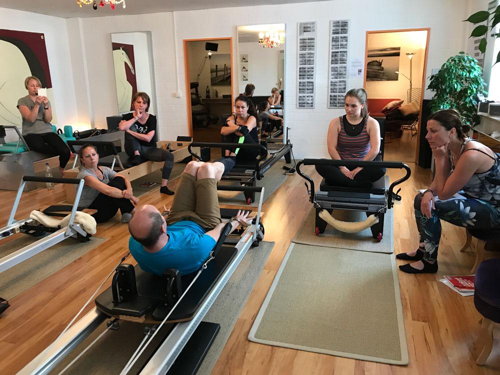 Brett demonstriert die Pilates Übung Coordination