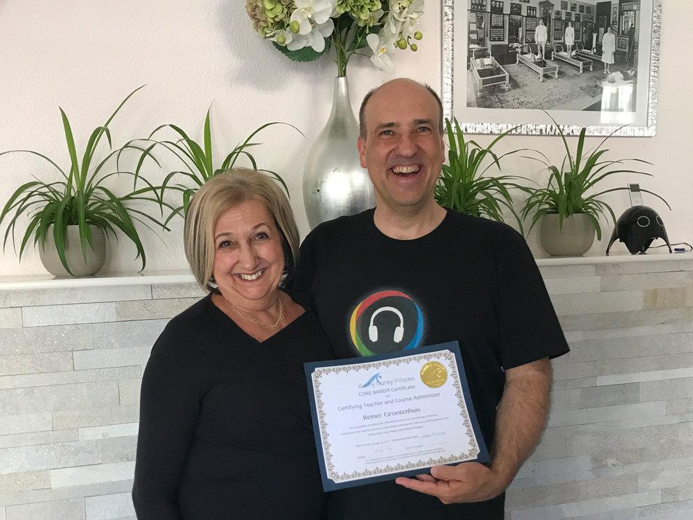 Kathy Corey übergibt Reiner Grootenhuis das Core Band Educator Zertifikat