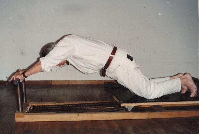 Jerome Andrews auf dem tragbaren Reformer, den er von Joseph Pilates bekam. Aufnahme von Jenny Colebourne (für den Link zum Artikel auf das Bild klicken.