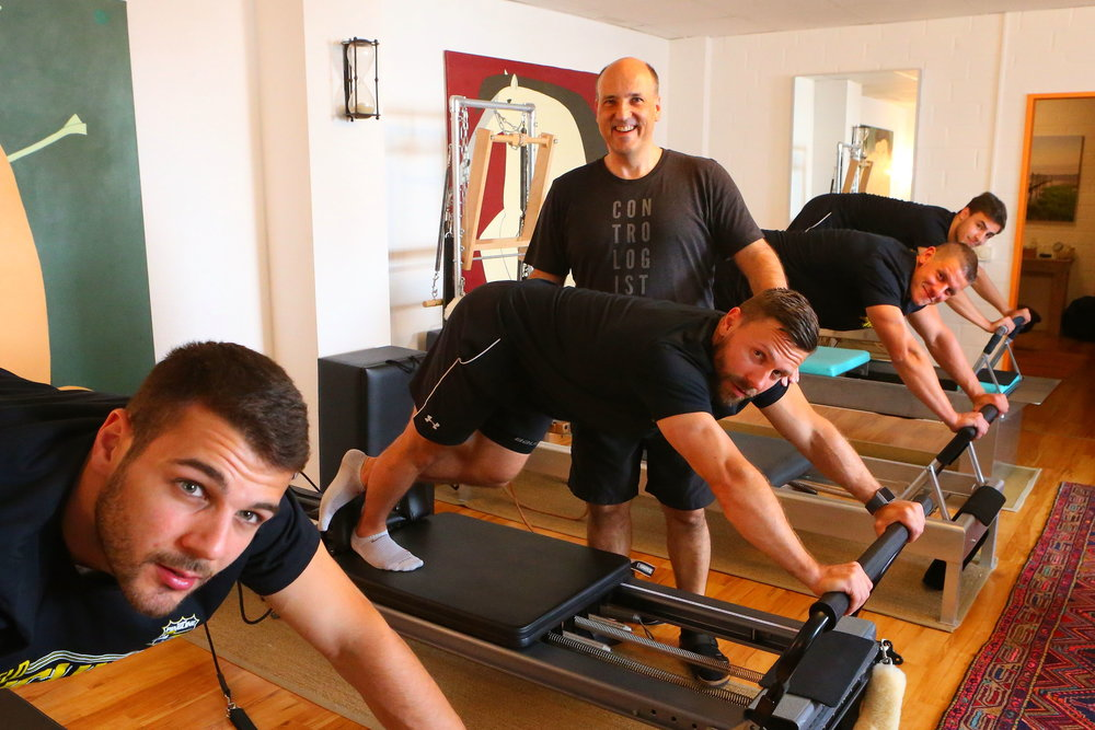 Krefelder Pinguine beim Pilates-Stretching
